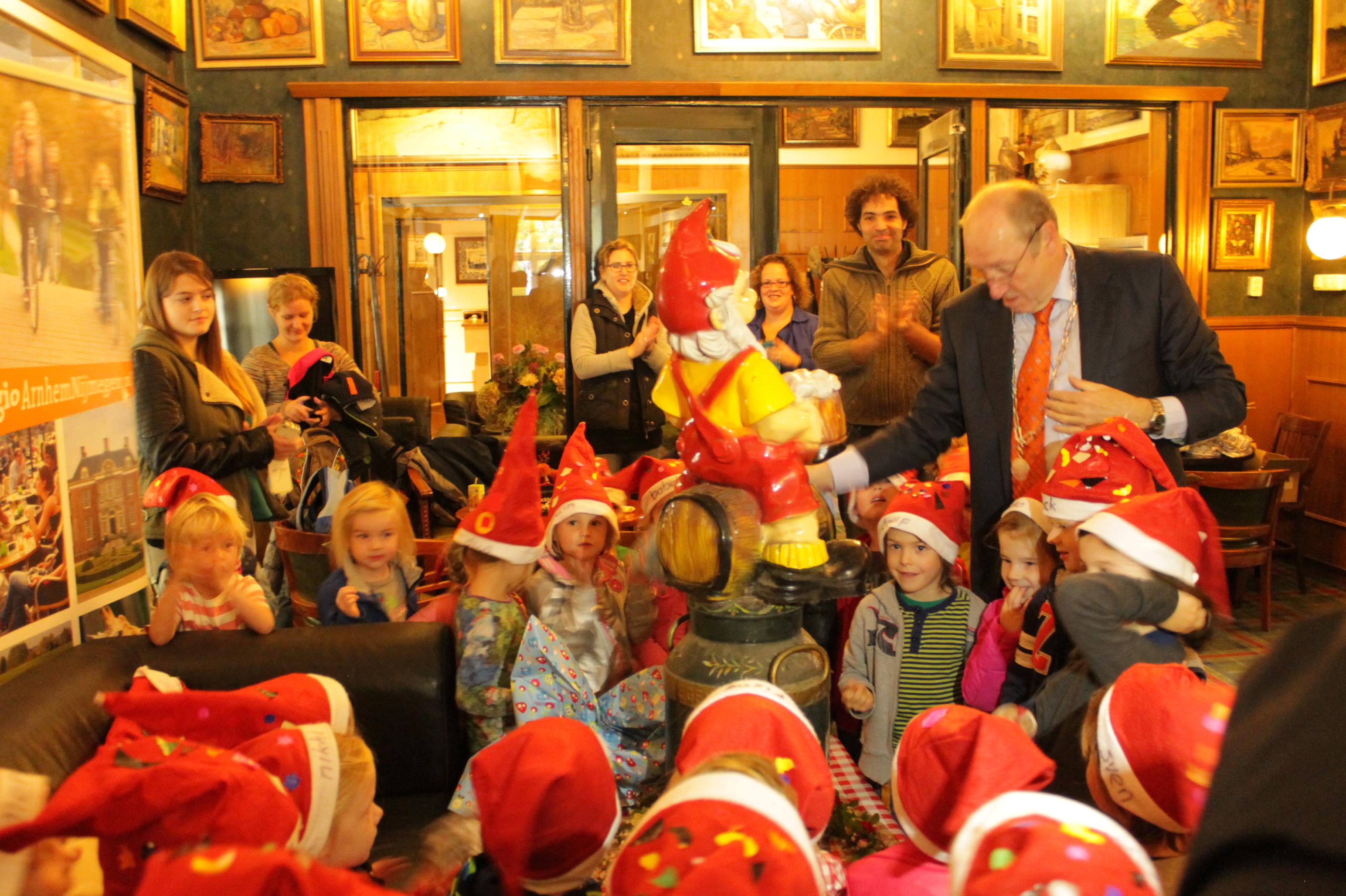 Burgemeester Paul Wilbers en kinderen onthullen kabouter