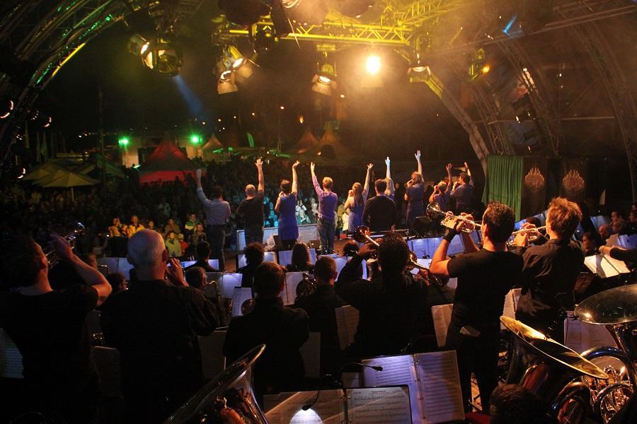 Het Vierdaagse Orkest bij optredens voor steeds een enthousiast publiek. (Foto: Rob van Hassel)